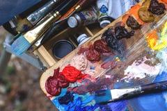 Borstel en verf, verschillende kleuren Veelkleurig palet royalty-vrije stock foto's