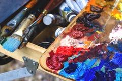 Borstel en verf, verschillende kleuren Veelkleurig palet stock afbeeldingen