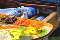 Borstel en verf, verschillende kleuren Veelkleurig palet royalty-vrije stock afbeelding