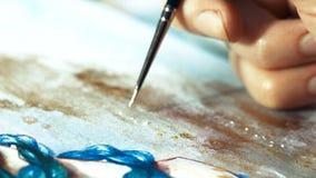 Borstel het macro dichte canvas schilderen De kunstenaar creeert Acryl en veervormige structuur met uw vinger stock videobeelden