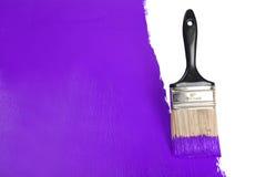 Borstel het Schilderen Muur met Purpere Verf royalty-vrije stock afbeeldingen