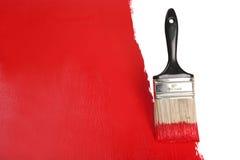 Borstel het Schilderen Muur met Rode Verf Stock Foto's