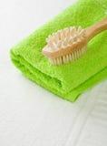 Borstel op groene handdoek Stock Afbeelding