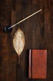 Borstel, schoon blad en boek stock afbeelding