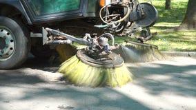 Borstel van een straat schoonmakende machine stock footage