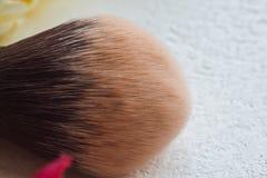 Borstel voor dicht omhoog het toepassen van make-up op gezicht E royalty-vrije stock foto's