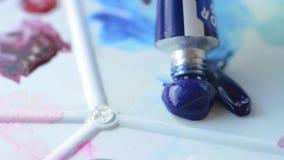 Borstel voor het schilderen van vlek in verf op de schildersezel stock videobeelden
