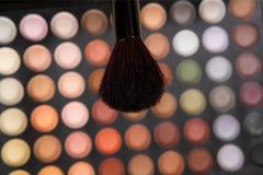 Borstel voor make-up op achtergrond van oogschaduw Royalty-vrije Stock Foto's