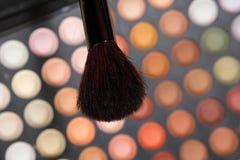 Borstel voor make-up op achtergrond van oogschaduw Stock Fotografie