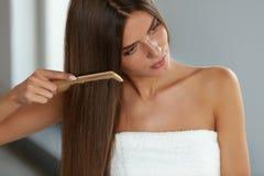 Borstelend haar Het Mooie Lange Haar van vrouwenhairbrushing met Kam royalty-vrije stock foto
