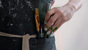 Borstels in de handen van de vrouwen van de kunstenaar Tekening en Art. stock video