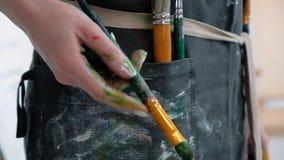 Borstels in de handen van de vrouwen van de kunstenaar Tekening en Art. stock footage