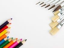 Borstels en kleurrijke potloden Royalty-vrije Stock Fotografie