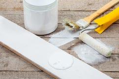 borstels en rollen voor het schilderen van houten planken Stock Foto's