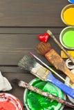 Borstels en verf op een houten lijst Schildershulpmiddelen Workshopschilder Behoeften het schilderen Verkoop die behoeften schild Stock Fotografie