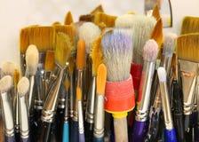 Borstels met varkenshaar in een het schilderen studio van p naar omhoog wordt gedraaid dat royalty-vrije stock foto