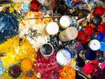 Borstels, palet en verven hierboven worden gevangen die van Stock Afbeelding