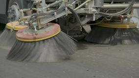 Borstels van de schonere machine Het schoonmaken op de weg Schone wegen stock video