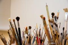 Borstels voor het schilderen Diverse vormen van varkenshaar Art Workshop royalty-vrije stock afbeeldingen
