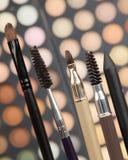 Borstels voor make-up op achtergrond van oogschaduw Stock Fotografie