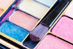 borsteskönhetsmedel eye mångfärgade skuggor Royaltyfri Foto