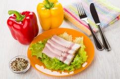 Borststuk, sla in plaat, paprika's, specerij, mes en F stock afbeelding