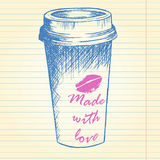 Bort kaffekopp för tagande på anteckningsbokbakgrund Royaltyfri Fotografi
