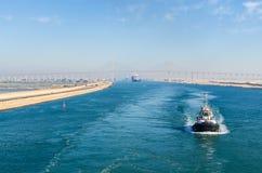 Bortgång för eskortfartyg för skepp` s till och med den Suez kanalen fotografering för bildbyråer