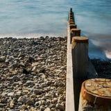 Borth μέσοι διακόπτες θάλασσας της Ουαλίας ξύλινοι στη γραμμή Στοκ Εικόνα
