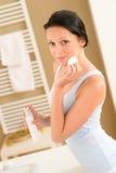 Borttagning för smink för framsida för ung kvinnabadrum clean royaltyfri fotografi