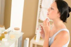 Borttagning för smink för framsida för ung kvinnabadrum clean arkivfoton