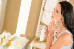 Borttagning för smink för framsida för ung kvinnabadrum clean arkivfoto