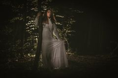 Borttappad flicka i skogen Royaltyfri Bild