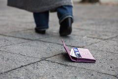 Borttappad handväska på gatan arkivbilder