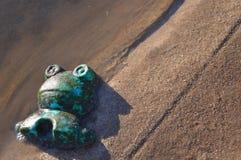 Borttappad leksak på stranden Arkivfoton
