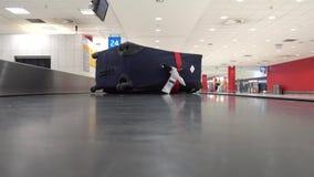 Borttappad resväska som är rörande på transportören i flygplatsen stock video