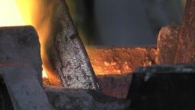 Borttappad vaxbronsrollbesättning i en gjuteri stock video