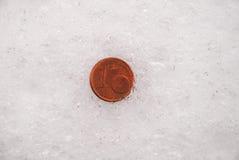 Borttappade mynt på en snö royaltyfria bilder