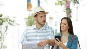 Borttappade turister som söker riktning på semester stock video