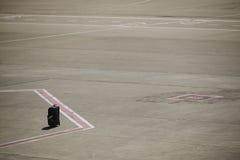 Borttappat bagage på en flygplatslandningsbana arkivbilder