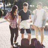Borttappat i stadsfolk med ryggsäckar och översikten Fotografering för Bildbyråer