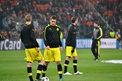 Borussia Dortmund fotbollsspelare är ordnar till för att leka Arkivbild