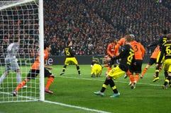 Borussia Dortmund och footballers för FC Shakhtar i handling Royaltyfri Bild