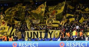 Borussia Dortmundultras med flaggor arkivbilder