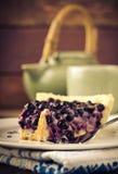 Borówka, czarnej jagody tarta z lawendą na bielu talerzu, drewniany tło Obrazy Royalty Free