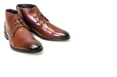 Borwn用皮革包盖在白色背景隔绝的人鞋子 侧视图 免版税库存照片
