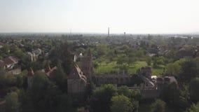 Bory Var, castillo agraciado construido por un hombre Bory Jeno en el Szekesfehervar, Hungría metrajes