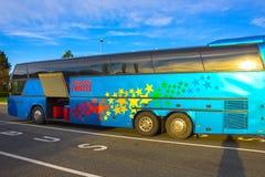 Boryspil, Ucrânia - 1º de maio de 2017: Ônibus azul no aeroporto internacional de Boryspil Fotografia de Stock