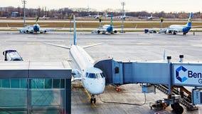 Boryspil, Ucrânia Manipulação à terra dos aviões foto de stock