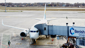 Boryspil, Ucrânia Manipulação à terra dos aviões imagens de stock
